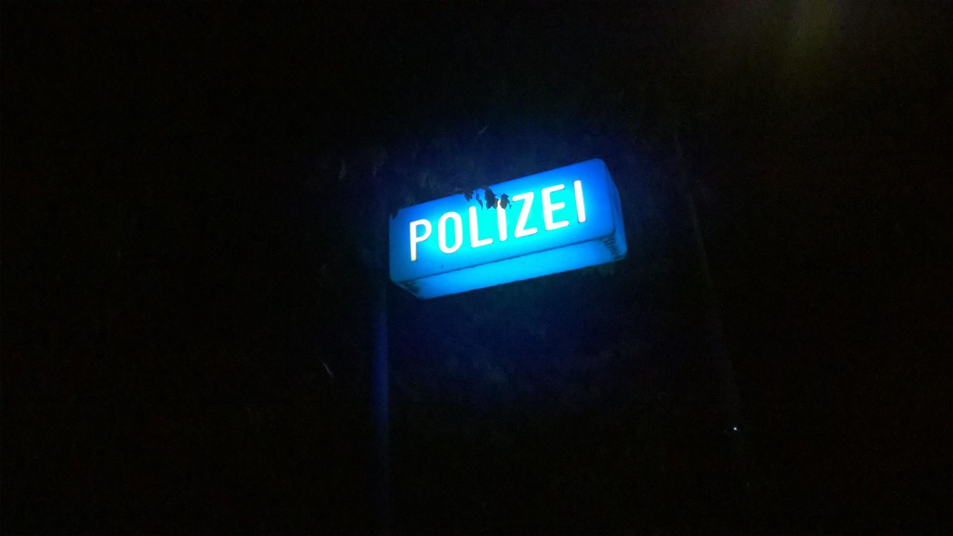 Nachts laufen heißt, sich auch mal über ein einsames Polizeischild freuen