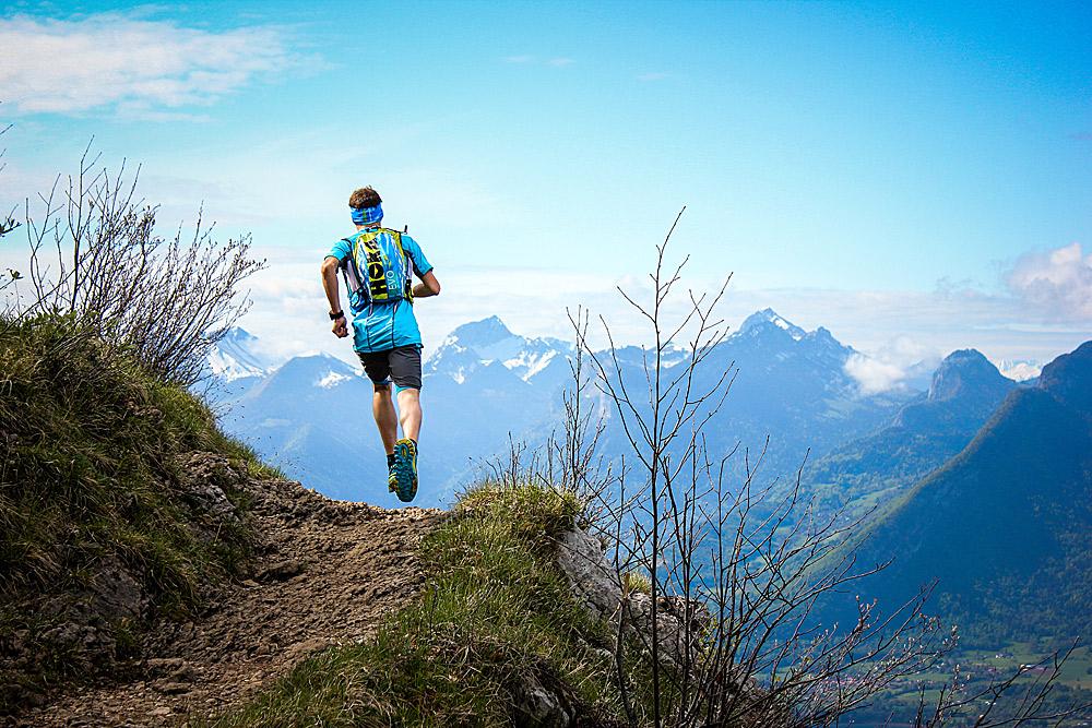 Über Stock und Stein, Fels und Eis: Beim Trailrunning ist gute Ausrüstung essentiell - Bild: Hoka One One