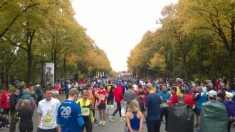 Die Läuferschar für den Halbmarathon beim München Marathon kurz vor dem Start