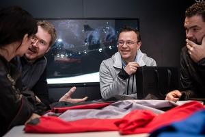 Ein heiserer Mitarbeiter von Gore erklärt uns jedes Detail der neuen Textil-Technologie. - Foto: (c) Gore