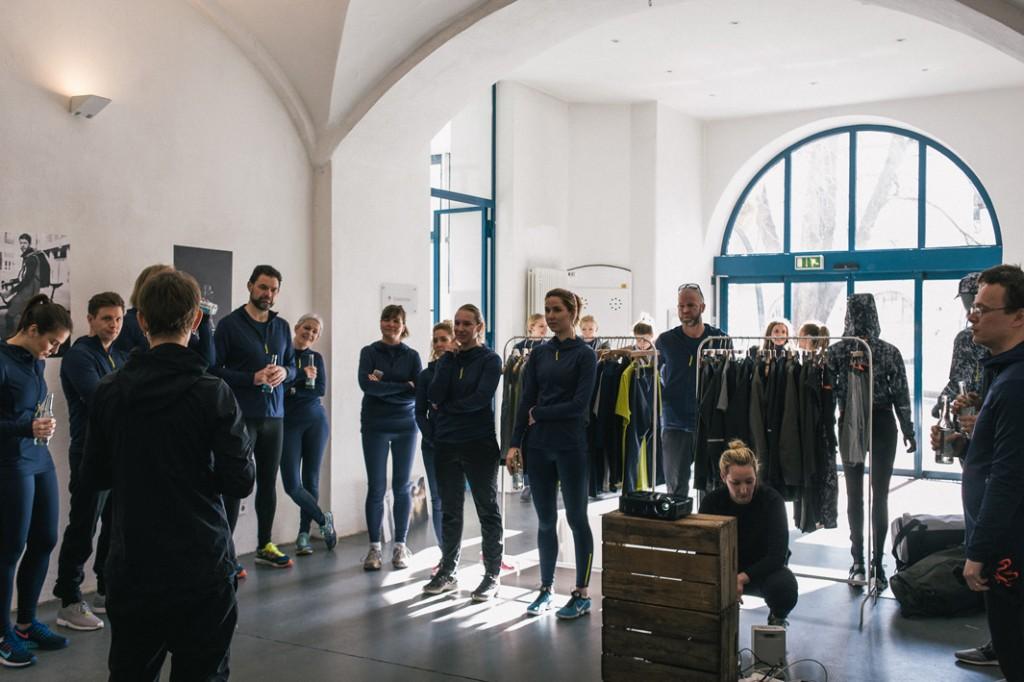 Hochkonzentriert lauschen die Gäste dem Vortrag der Peak Performance Marketing-Managerin - Foto: © Hannes Rohrer