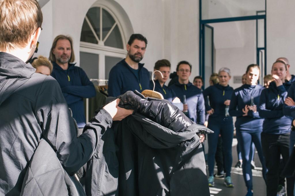 Vor dem Workout steht die Präsentation der neuen Peak Performance Kollektion - Foto: © Hannes Rohrer