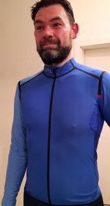 Ganz schön tight: Schlau & schick: Gore Fusion Windstopper Soft Shell Zip-Off Shirt in Blau/Schwarz und Größe L - Foto: Alex Rudolph