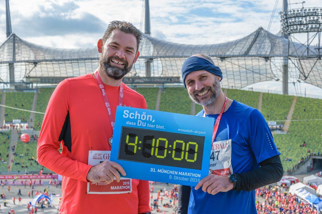 Happy: Die Marathon-Debütanten Alex und Reiner im Olympiastadion München, dem traditionellen Ziel des München Marathons