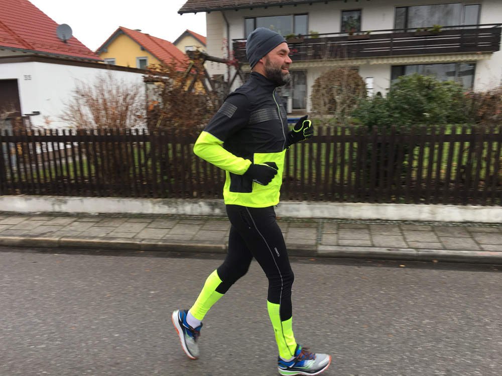 Richtig fein für die kühlen und extrem kalten Tage: Die Running-Kollektion Brilliant 2.0 von Craft - hier die Brilliant 2.0 Light Jacket und Light Tights - kombiniert coole Designs mit professioneller Funktion.